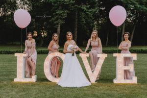Panna Młoda i druhny w ogrodzie Pałacu Radomiłów napis LOVE