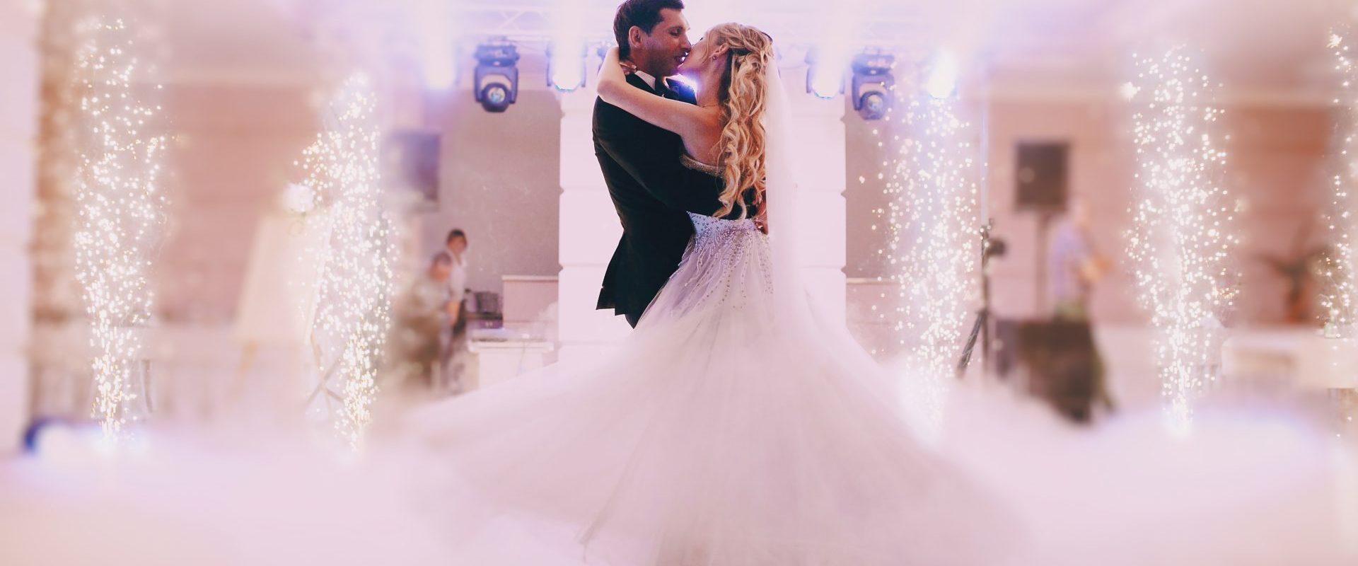 Nowożeńcy, pierwszy taniec w chmurah, ciężki dym na wesele