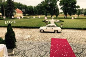 Napis LOVE na ogrodzie Pałacu Radomilów