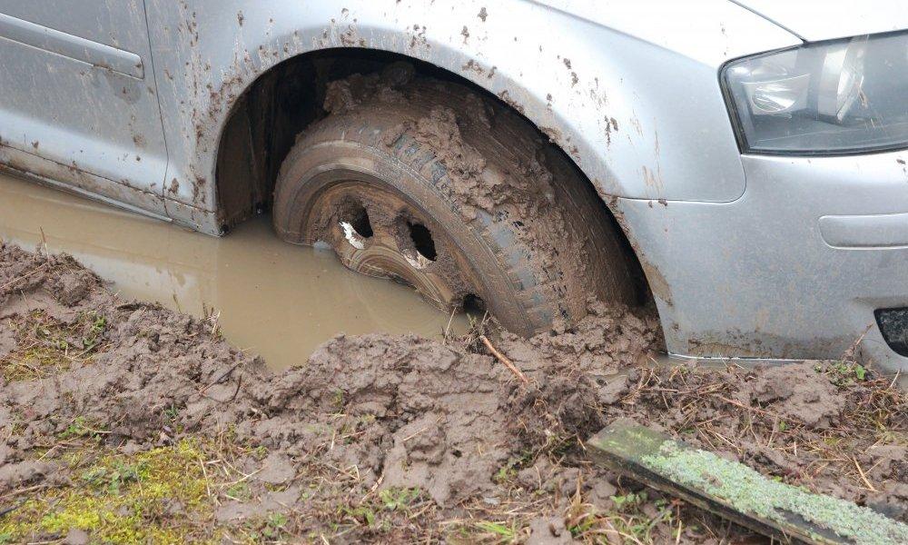 Zakopany samochód Audi w błocie