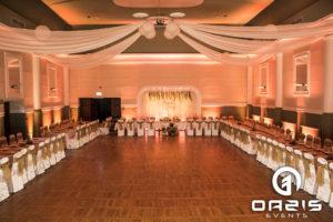Rustykalna dekoracja na wesele wraz z dekoracją światłem pasuje idealnie.