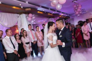 Para młoda na tle gości, podczas pierwszego tańca w chmurach w lubinie baron hotel