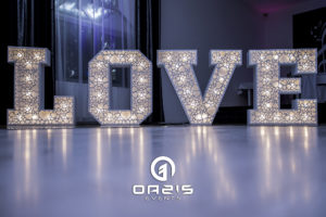 Literki LOVE świecące na weselu