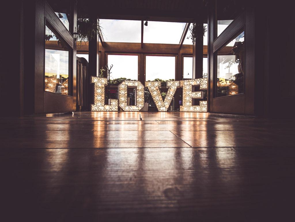 AŻUROWY NAPIS LOVE na wesele
