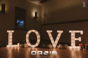 Napis LOVE, na rustykalnym weselu Wrzosowy Tartak Chocianów