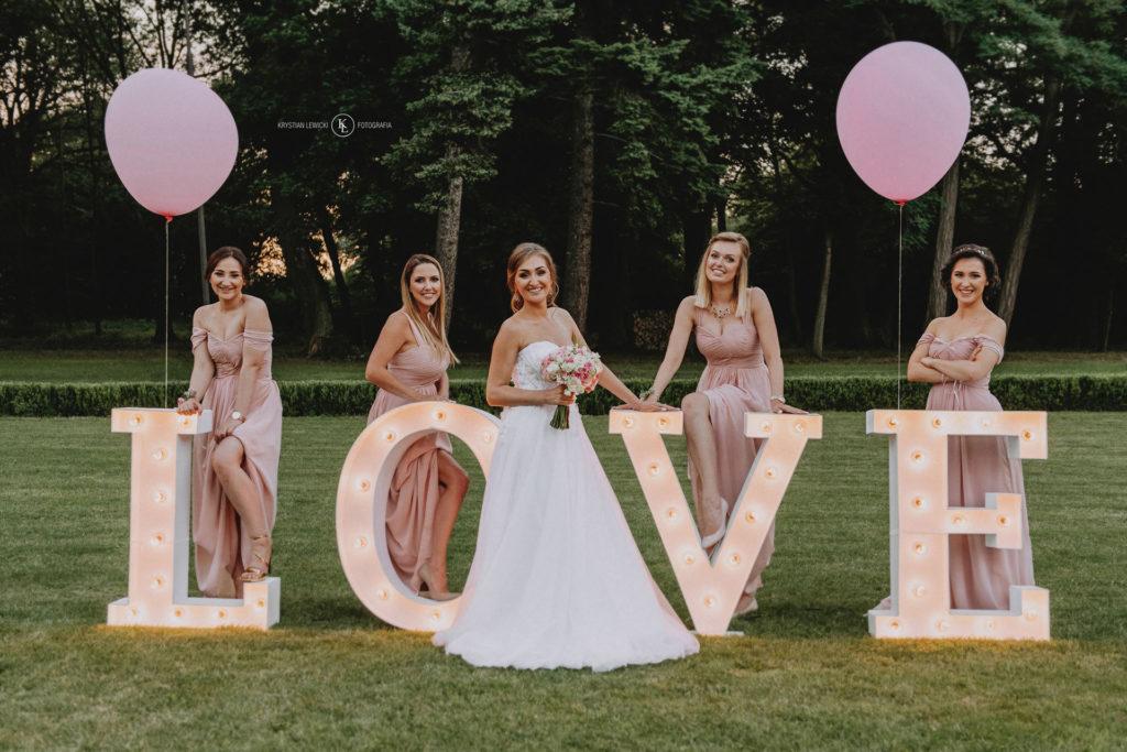 Panna Młoda i druhny - napis LOVE na ogrodzie, balony na wesele