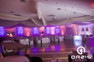 Fiolet z złotem zawsze wygląda awangardowo i dodaje uroku sali weselnej.