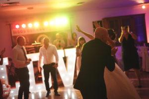 goście weselni na tle zespołu
