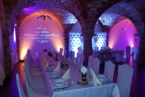 Projektor GOBO, ścianka ślubna na tle dekoracji światłem Chojnów Ceglany Dworek