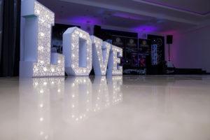 Świecący napis LOVE AŻUROWE SERDUSZKOWE