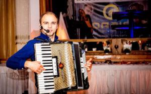 Jerzy z akordeonem na weselu